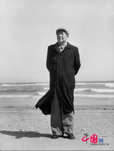 Mao Zedong at the beach, Beidaihe, 1954