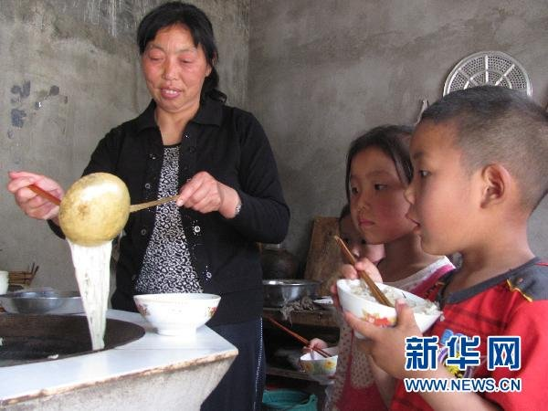 Zou Guifen is making lunch for her students.