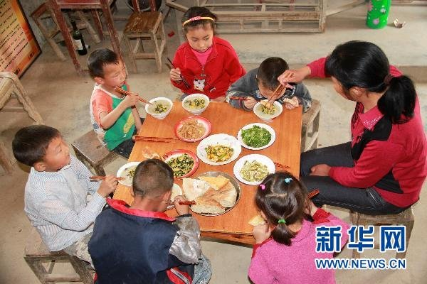 Zou Guifen is having lunch with her students.