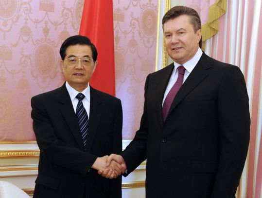 Chinese President Hu Jintao (L) shakes hands with his Ukrainian counterpart Viktor Yanukovich during their talks in Kiev, Ukraine, June 20, 2011. [Rao Aimin/Xinhua]