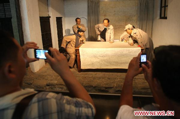 Visitors take photo at Xibaipo Memorial Museum at Xibaipo, a village in north China's Hebei Province, June 19, 2011. [Xinhua/Ding Lixin]