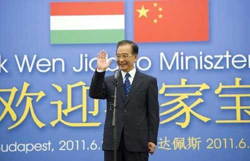 Chinese Premier Wen Jiabao gestures while answering students' questions during a cultural exchange activity at the Eotvos Lorand University in Budapest, Hungary, June 24, 2011. [Xinhua/Huang Jingwen]