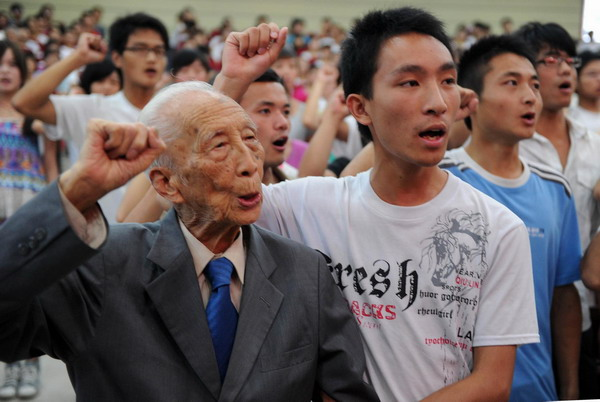 Huang Shu (L), a 95-year-old professor takes an oath during a CPC-joining ceremony at a hall in Huangshan, East China's Anhui province, June 28, 2011.