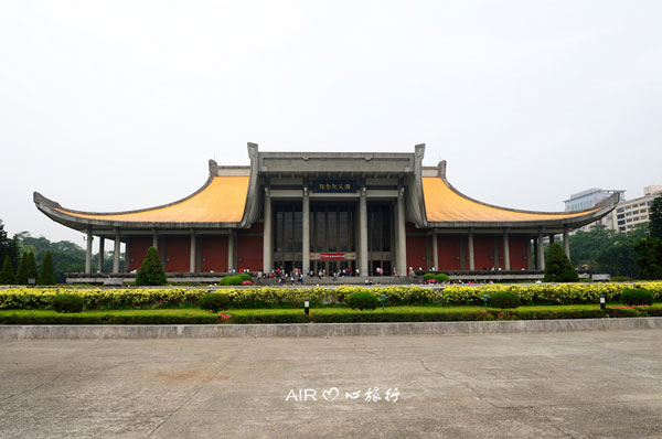 Sun Yat Sen Memorial Hall is located in downtown Taipei. It is frequented by tourists and locals alike. For first time visitors, the diversified and detailed exhibition on Sun Yat Sen and his life seem overwhelming. But as you go through the museum, you will find yourself being drawn closer to history and Sun Yat Sen, the great forerunner of Chinese revolution.