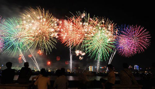 Fireworks explode over Xiangjiang River to celebrate CPC 90th anniversary