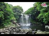 One of the three sections of the Cheonjeyeon Waterfall, in Jeju Island's Chunmong area. [François Chen / China.org.cn]
