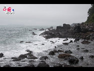 The sea on the southern coastline of Jeju Island remains turbulent though Typhoon Meari has already moved up north to the Korean Peninsula. [François Chen / China.org.cn]