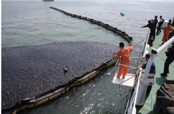 A staff worker from the State Oceanic Administration is taking the oil samples. [titan24.com]