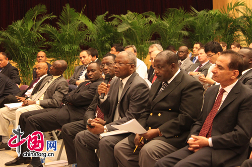 A diplomat from Cameroon asks a question about future development of the CPC and China as a whole. [Photo by Lin Liyao]
