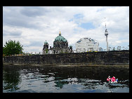  A view from the cruise shows the Berliner Dom and Berliner Fernsehturm (Berlin TV Tower), a landmark of the city. [Zhang Fang/China.org.cn]