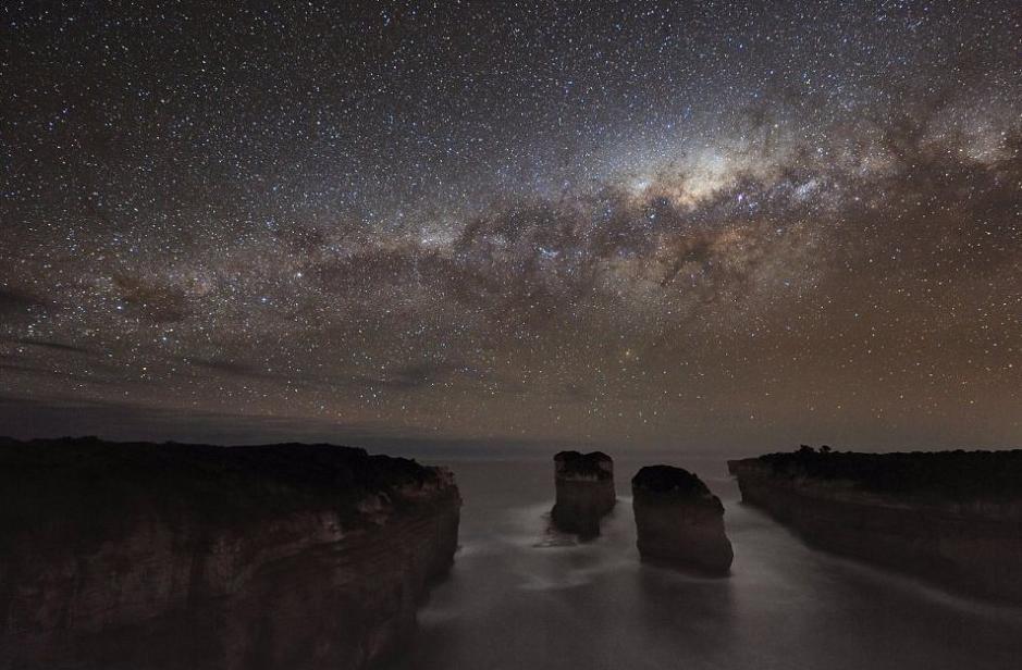 After spending 18 months photographing the night sky in Australia, photographer Alex Cherney showed the audiences a spectacular view of the cosmos with just an ordinary digital camera. [sina.com]