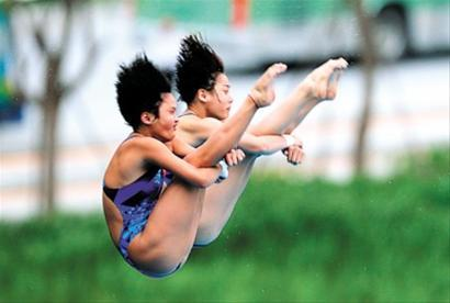 China's Chen Ruolin and Wang Hao won gold in the women's synchronized 10 metre platform on Monday.