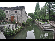 Moon Lake, also known as Yuehu, is located in the downtown district of Ningbo City. It is a great place for a picnic, stroll, or a paddle around the lake in one of the boats available for hire. [Photo by Cindy Chan]