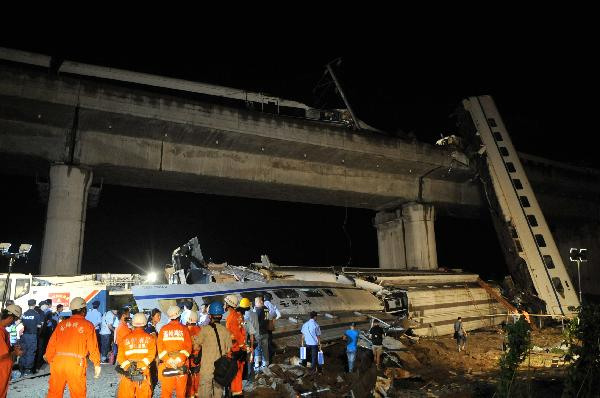 Rescue personnel work on the scene of the accident in Shuangyu Town in Wenzhou City of east China's Zhejiang Province, on July 24, 2011. The first four coaches of D301 and the 15th and 16th coaches of D3115 went off the line. [Xinhua]