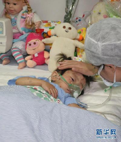 Xiang Weiyi, an over-two-year old survivor in China's deadly train crash, which happened on July 23 in suburban Wenzhou, Zhejiang Province, is getting better with her injuries recovered well. The girl, who lost her parents in the tragic accident, will also be provided with psychological treatments. [Xinhua]