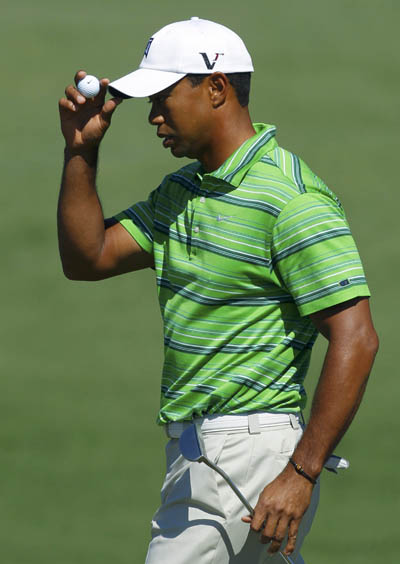 Tiger Woods of the U.S. tips his hat after sinking a par putt on the second green during first round play in the 2011 Masters golf tournament at the Augusta National Golf Club in Augusta, Georgia, April 7, 2011. [Xinhua/Reuters Photo]