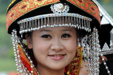Girls dressed in ethnic costumes highlight Pu'er Tea Festival 