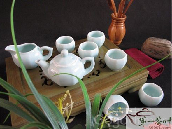 There are many kinds of porcelain tea sets in China. The main four include celadon, white, black and colorful porcelain tea sets.
