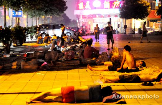 Jobless migrant workers prepare to spend a night on the street near a job market in Yiwu city, East China's Zhejiang province, on August 4, 2011.