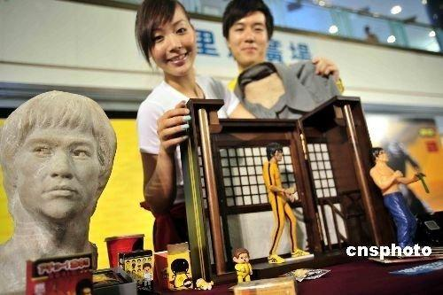 Bruce Lee's personal items will be auctioned off on this weekend in the late Kung Fu legend's hometown of Hong Kong.