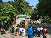Constructed in the year of 1488 during the Ming Dynasty (1368-1644), the A-Ma Temple is the oldest temple in Macao to commemorate Mazu, the sacred sea goddess who blesses the fishermen and seafarers of the city.The temple was built by the cliffs. With winding paths around and up the hill, it offers silence and spectacular views.[Photo by Zhang Yang]