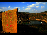 Laoniuwan Valley is considered one of the most beautiful valleys in China because it is the place where China's two greatest symbols – the Great Wall and the Yellow River - meet. At certain vantage points, people can see the wall reflected on the Yellow River's surface. The local cave houses are also worth visiting.[hquguorui/bbs.fengniao]