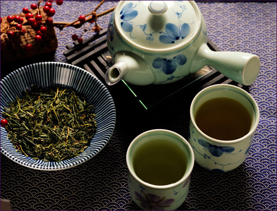 Chinese people pay special attention to the teapots, tea leaves and water. They believe that exquisite utensils should comply with delicate food.