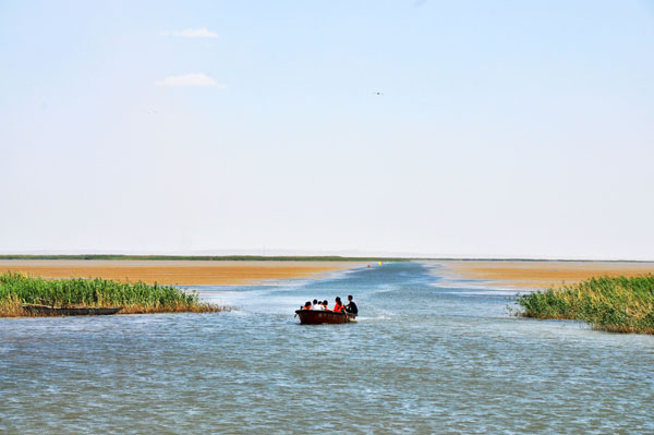 The Ejina River flows into the crescent-shaped Yanju Lake in the northern Ejina Banner. The size of the lake has shrunk in recent years because of persistent droughts. [Photo:CRIENGLISH.com]