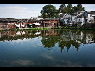 Located in the west of Lanxi in Jinhua city, Zhejiang Province, Zhuge Bagua Village is the biggest settlement for Zhuge Liang's descendants who have lived there for generations. The village was built according to the Eight Diagrams. Visitors can easily get lost in the village. The Zhong Pond is the basic point and the center of the village. Eight roads start from the pond and stretch respectively towards eight hills outside the town. [amazon97019/bbs.fengniao]