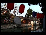 Located 30 kilometers east of Huzhou, Zhejiang Province, Nanxun Ancient Town is a famous historical and cultural town with a history of 1400 years. Due to the development of silk market and silk industry, it has become an important commercial town in Zhejiang Province. In poems, it is described as 'thousands of households gather here on this water town market, and fishing boats and merchant vessels call at it side by side.' [/bbs.fengniao]
