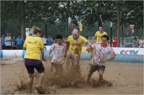 The Mudslingers and the Anjie battled it out in the mud for the opening match of China's first ever swamp soccer tournament. 32 teams are competing in China's first-ever swamp soccer tournament which will end with the final match on August 20th.