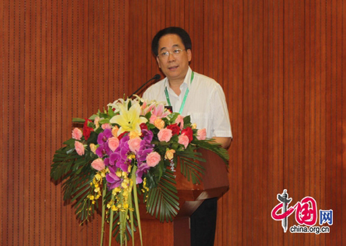 Yang Zhijian, president of the Open University of China (OUC), addresses attendees at a Chinese language teacher training forum in Beijing on August 12, 2011. [Wang Wei/China.org.cn]