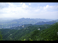 Jigong Mountain Nature Reserve, established in 1982, is located in Xinyang County, Henan Province. It is a sanctuary for transitional types of subtropical forest vegetation and rare wild animals and plants.Covering about 3,000 hectares, the nature reserve has 1,000 species of higher plants, such as masson pine, Huangshan pine, oak, white oak, magnolia, northern poplar, willow and elm. [宾友西君/bbs.fengniao]