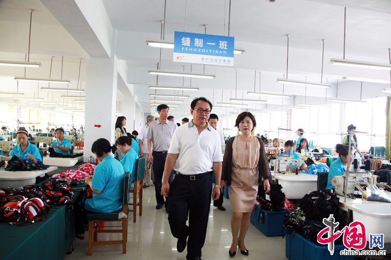 Du Benwei (Left), acting mayor of Huludao City, inspected several local swimsuit companies.