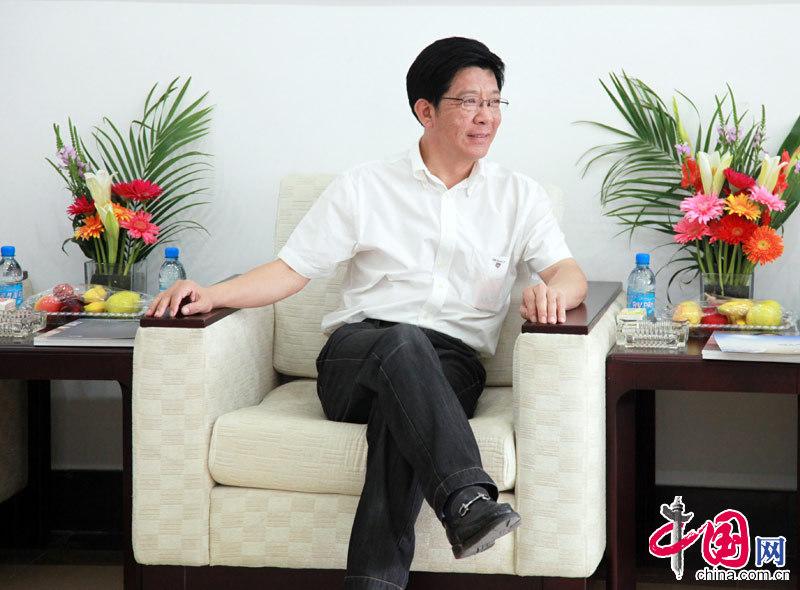 Shi Wenguang, vice mayor of Huludao City, communicated with company executives.