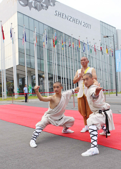 Performers pose in Shenzhen on August 16, 2011. Performers from Songshan Shaolin Temple in Henan province gave a jaw-dropping martial arts performance at the Shenzhen Universiade. [Photo/Xinhua]
