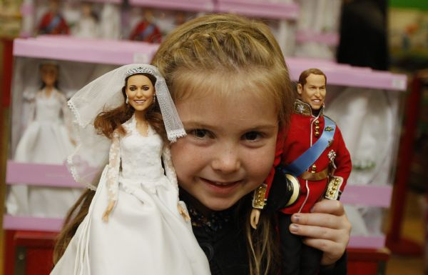 Five year old Daisy Robinson poses with the new Prince William and Catherine, Duchess of Cambridge wedding dolls, made by Arklu and which retail as a pair for 100 pounds (165 US dollars), during their launch at Hamley's toy shop in London August 18, 2011. [Xinhua]