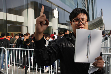 The first buyer of an iPad 2 holds up his device at an Apple flagship store at Xidan in Beijing, May 6. Apple's iPad 2 went on sale on the Chinese mainland on May 6. [Photo / Xinhua]