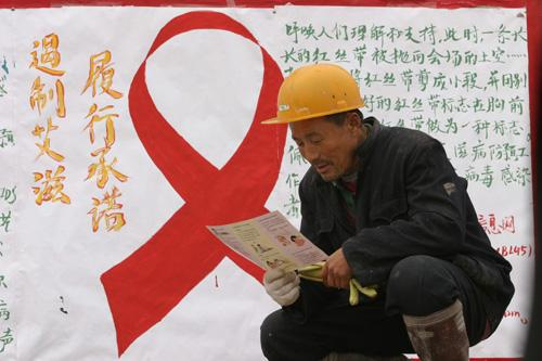 Migrant workers comprise a high-risk group in the spread of HIV/AIDS. The growing infection rate of this group makes sex education an urgent, long-term mission.