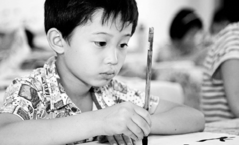 The Ministry of Education has ordered primary and secondary schools to increase calligraphy classes in an aim to combat widespread keyboard use that has cramped children's penmanship. [Xinhua]