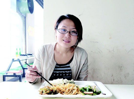 File photo: A Zhaopin.com survey on workers' lunch habits shows that only 28.1 percent of workers will think about nutrition when choosing lunch while 26.7 percent just eat what is available.