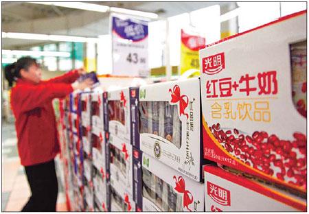 Boîtes de boisson Bright Dairy Co Groupe Food dans un supermarché de Shanghai.