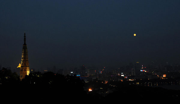 A full moon is seen over the West Lake of Hangzhou, capital city of East China's Zhejiang province September 12, 2011, the Mid-Autumn Festival. [Photo/Xinhua]