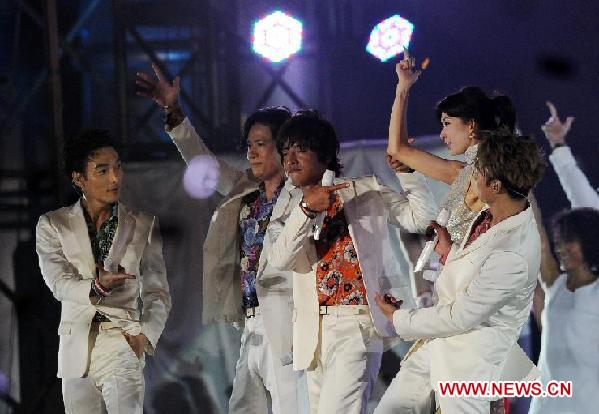 Japanese pop group SMAP members and the honoured guest, Chiling Lin (3rd, R), perform onstage at SMAP' s first-ever overseas concert in Beijing, capital of China, Sept. 16, 2011.