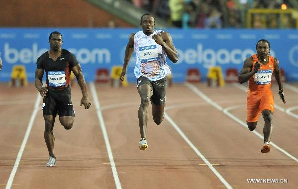 Usain Bolt (C) of Jamaica sprints during the men's 100m race competition at the Diamond League athletics meeting in Brussels, capital of Belgium, Sept. 16, 2011. Bolt claimed the title of the event with 9.76 seconds. [Xinhua]