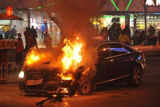 File photo: Wang Ke's car is burning on the streets of Wangfujing.资料图片:王珂所驾轿车在王府井大街起火燃烧。