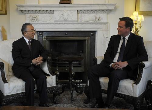 British Prime Minister David Cameron (R) meets with visiting Chinese State Councilor Dai Bingguo at 10 Downing Street in London Sept. 27, 2011. [Xinhua]