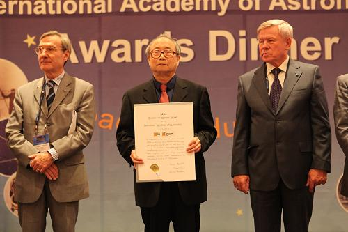 Liu Jiyuan was given the Von Karman Award, the highest such prize presented by the International Academy of Astronautics (IAA), October 3, 2011. [Photo/gov.cn]