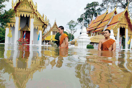 Buddhist monks wade through floodwater on a street at Chai Wattanaram Temple in Ayutthaya yesterday. At least 252 people have died in flooding in Thailand since mid-July, and water has inundated the 400-year-old temple in the ancient city of Ayutthaya, a World Heritage Site. [Shanghai Daily]