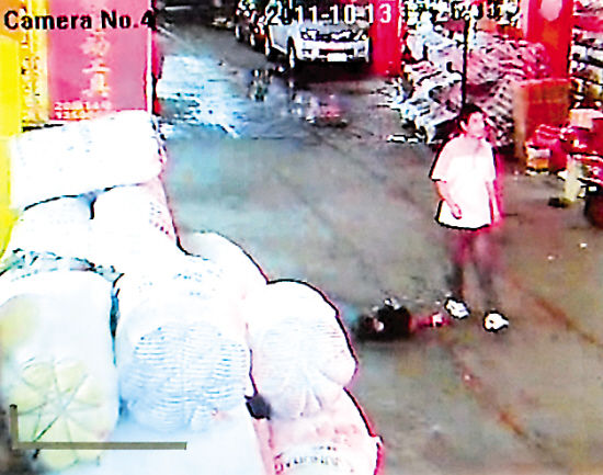 A two-year-old toddler was run over by two vans and mortally wounded, after which 18 people passed her indifferently in south China's Guangdong Province.